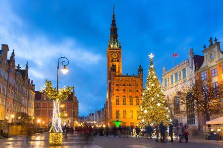 Lange Gasse und Rathaus in Danzig mit schönem Weihnachtsbaum in der Abenddämmerung, Polen