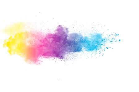 Explosión de polvo de color abstracto sobre fondo blanco.