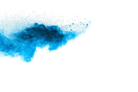 Abstrakte blaue Staubexplosion auf weißem Hintergrund. Abstraktes blaues Pulver plätscherte auf weißem Hintergrund. Bewegung des blauen Pulverspritzens einfrieren.