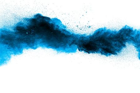Abstracte blauwe stofexplosie op witte achtergrond. Abstract blauw poeder dat op witte achtergrond wordt geploeterd. Bevriezen beweging van blauwe poeder splash.