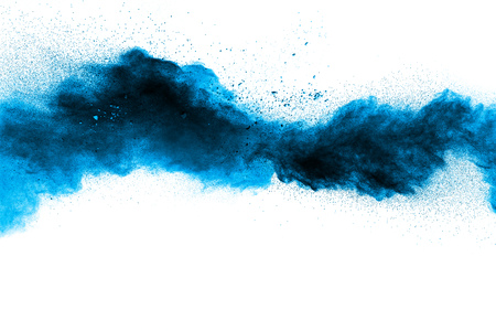 Esplosione di polvere blu astratta su sfondo bianco. La polvere blu astratta ha schizzato sul fondo bianco. Blocca il movimento della spruzzata di polvere blu.