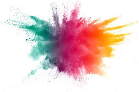 Explosion de poudre jaune rouge vert sur fond blanc. Nuage coloré. La poussière colorée explose. Peinture Holi.abstract éclaboussures de poussière multicolores sur fond blanc