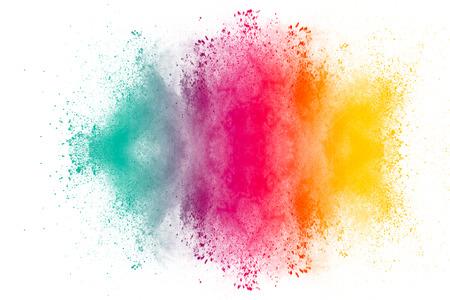 Explosión de polvo multicolor sobre fondo blanco. Nube coloreada. Explosión de polvo de colores. Pintar Holi salpicaduras de polvo multicolor abstracto sobre fondo blanco.