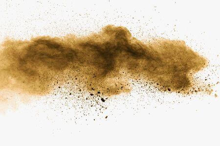 Explosion de poussière brune foncée abstraite sur fond blanc. Geler le mouvement du café a aimé les éclaboussures de poussière de couleur.
