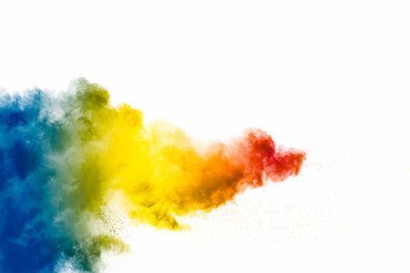Explosión de polvo de colores sobre fondo blanco. Salpicaduras de partículas de polvo de color pastel abstracto.