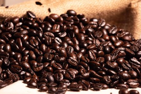 Close-up fresh roasted coffee beans in brown sack. 스톡 콘텐츠