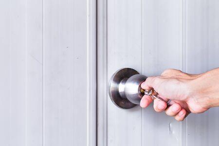 abriendo puerta: mano del hombre con perilla de la puerta de apertura