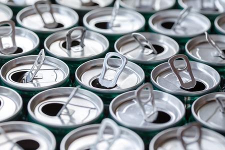lata de refresco: grupo de latas de fondo abierto, vista de la parte superior de latas. Foto de archivo