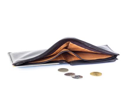 cuero vieja billetera vacía con unos pocos monedas aislar sobre fondo blanco. concepto de activos financieros, depósitos de fiabilidad, ahorro de seguros.