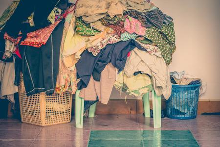 tono de época antigua abstracta de la cesta con la ropa no plegadas, las prendas no se lavan