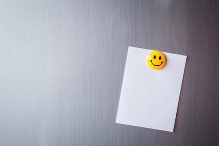 refrigerador: Resumen de papel en blanco y post-it en la puerta del refrigerador. Foto de archivo