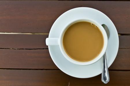 trompo de madera: Una taza de caf� sobre la mesa de madera