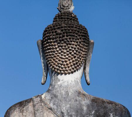 cabeza de buda: Parte trasera de una vieja imagen de Buda con fondo claro cielo azul