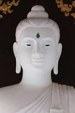 cabeza de buda: Retrato de la imagen de Buda blanco en Phu Ruea, Tailandia
