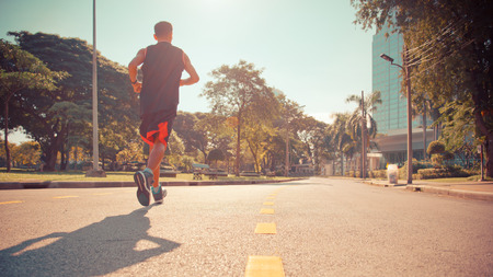corriendo: Hombre que se ejecuta en el parque Editorial