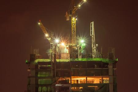 De bouw van Bangkok bouwkraan en mooi licht bij nacht