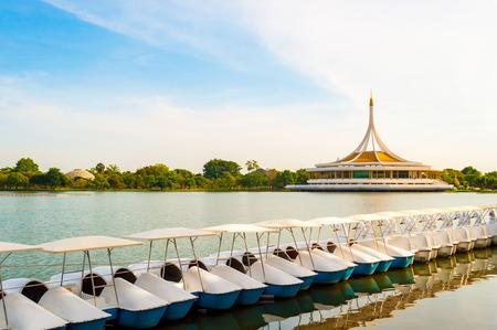 Barco ciclo del agua en Suanluang Rama IX Pública Park Bangkok Tailandia como fondo de colores: Parque público abierto todos los días. Gente de entrada para ejercer o relajarse. Foto de archivo