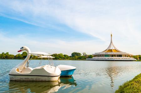 Barco Cisne en Suanluang Rama IX Pública Park Bangkok Tailandia como fondo de colores: Coloque abierto público. Gente de entrada para ejercer o relajarse. Foto de archivo