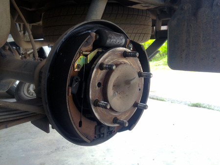 Drum brakes and wheel and suspension details. 版權商用圖片 - 125413799