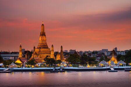 """A colorful of sunset time reflection of gold pagoda """"Wat Arun"""" temple of Bangkok at night time Standard-Bild"""