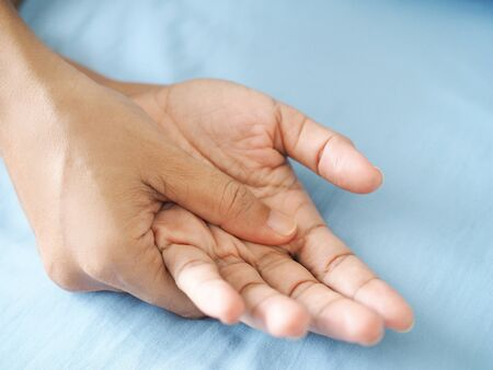 Asian people have hand pain, palms ache, inflammation of tendons and muscles.