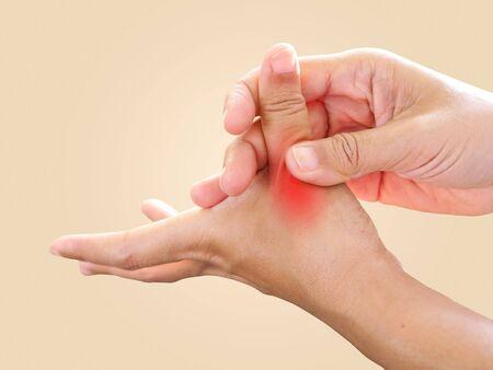 Handschmerzen und wunde Finger, Daumenfingerschmerzen von der Arbeit mit entzündeten Nerven und Auslöser der Fingerlock-Krankheit, Gesundheitsversorgung durch Krankheitskonzept. Standard-Bild