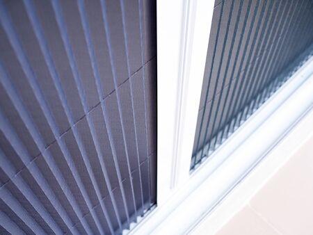 selektywne skupienie się na białej ramce drzwi z moskitierą z drutu. Zdjęcie Seryjne