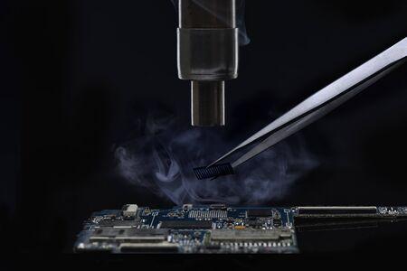 close up réparation téléphone mobile sur fond noir Banque d'images
