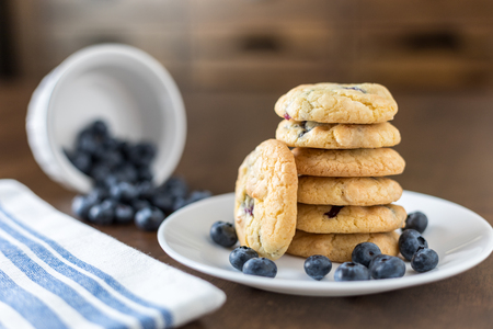 Soft Blueberry and White Chocolate Chip Cookies with fresh blueberries Banco de Imagens