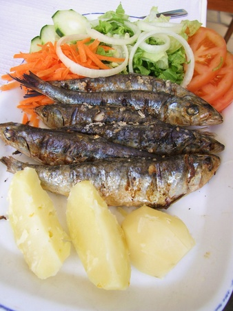 sardinas: Sardinas a la plancha con patatas y ensalada Foto de archivo
