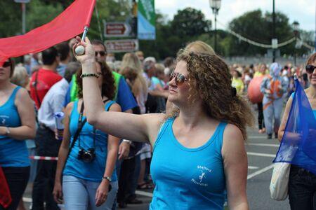 Bedford, Anglia - 21 lipca - majorette marsze w karnawale na dwa lata Bedford rzeki Festival, England w dniu 21 lipca 2012 Publikacyjne