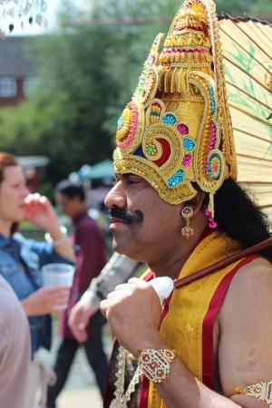 Bedford, Anglia - 21 lipca - Asian człowiek w kostiumie w paradzie karnawałowej w półrocznym Bedford rzeki Festival w Anglii, w dniu 21 lipca 2012