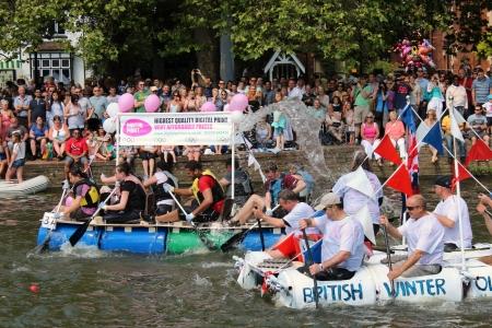 Bedford, Anglia - 22 lipca - Ludzie wyścigowe auto zbudowane tratwy w dół rzeki Ouse Wielkiego na półrocznym Bedford rzeki Festiwalu w dniu 22 lipca 2012 r. w Anglii