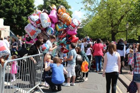 Bedford, Anglia - 21 lipca - sprzedawca balon chodzą po ulicach w czasie półrocznej Bedford rzeki Festival w Anglii, w dniu 21 lipca 2012