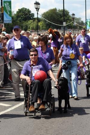 Bedford, Anglia - 21 lipca - Canine charytatywna Partnerzy promować Igrzyska Paraolimpijskie w karnawale na dwa lata Bedford rzeki Festival w Anglii, w dniu 21 lipca 2012