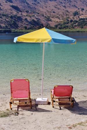 Leżaki i parasol, Jezioro Kournas, Kreta