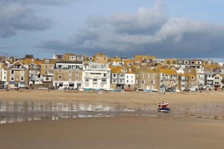 Angielska wioska rybacka na burzliwy dzień