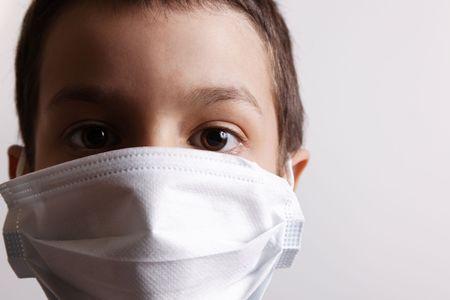 fiebre: ni�o con m�scara para la salud es la protecci�n de virus de nuevo. Fondo blanco Foto de archivo