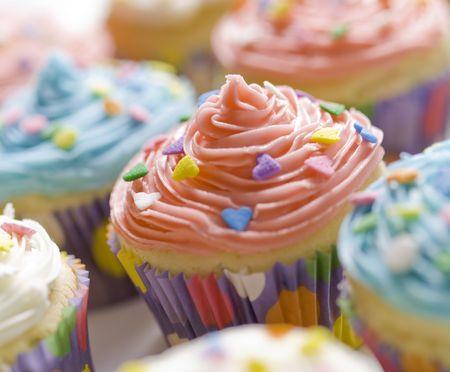 süssigkeiten: sch�ne Multi farbige Cupcake mit flacher Sch�rfentiefe. S��e Dessert f�r einen Geburtstag.  Lizenzfreie Bilder