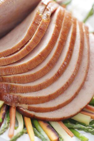 焼きハムと野菜皿にスライス。豚肉。フィールドの浅い深さ。