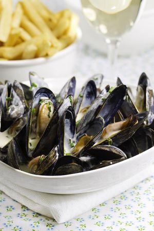 mejillones: Mejillones con blanco salsa de vino y fina en un plato de Francia. Muy profundidad de campo.  Foto de archivo
