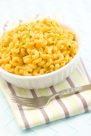 macaroni: Macaroni en kaas maal tijd in een witte kom. Ondiepe scherptediepte.