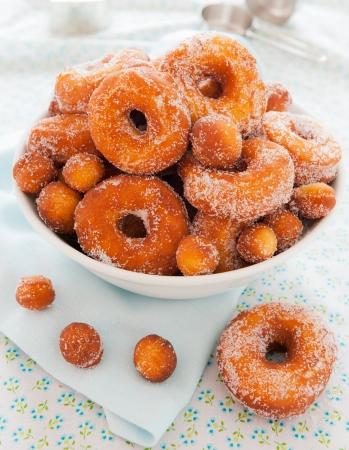 Homemade Natur Donut in eine Schüssel geben. Shallow depth of field.