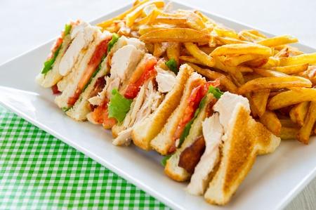 하얀 접시에 치킨 클럽 샌드위치. 식사 시간.