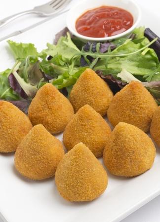 Coxinha de Galinha - Br�sil collation poulet frit, populaire dans les f�tes locales. Servi avec salade et la sauce chili.