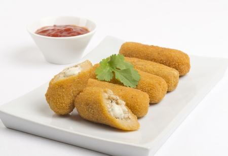 Croquettes de poulet et croquettes - fromage servi avec la sauce chili.