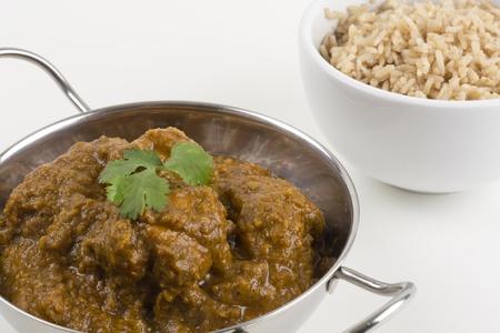 Goan Chicken Xacuti - Chacuti de Galinha servi avec un riz pilaf.