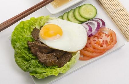 Loc Lac - Boeuf agitation: Cambodge (Loc Lac)  vietnamien (Bo Luc Lac) salade de boeuf saut�s surmont� d'un oeuf frit et servi avec une trempette de poivre noir et de chaux.