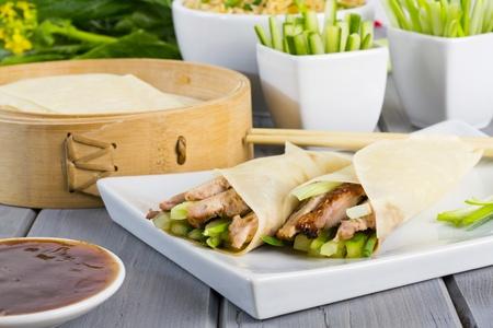palatschinken: Peking-Ente - Chinesische Peking-Ente in Pfannkuchen mit Gurke gewickelt, Fr�hlingszwiebeln und Hoisinsauce