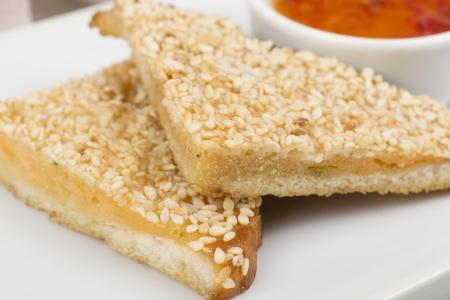 prawn: Hatosi (Tostada de gambas) - tostadas de camar�n chino de s�samo servido con salsa de chile dulce. Primer plano Foto de archivo